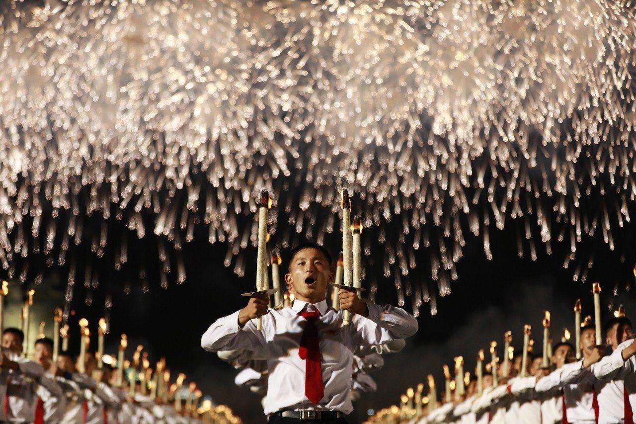 北韓今年適逢建政70周年,10日晚間舉行罕見的火炬遊行。手持火炬的上千人在金日成...