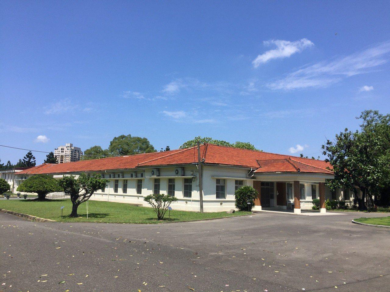 高雄市將歷史建物列冊追蹤,鳳山熱帶園藝試驗所辦公廳舍已經過文資審議成為歷史建築。...