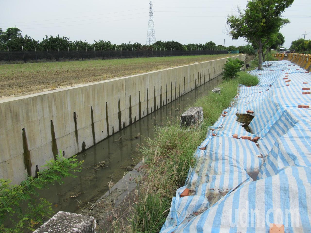南47線台南佳里子龍往西港後營段日前雨災排水土堤流失,連道路都跟著塌陷,波及近百...