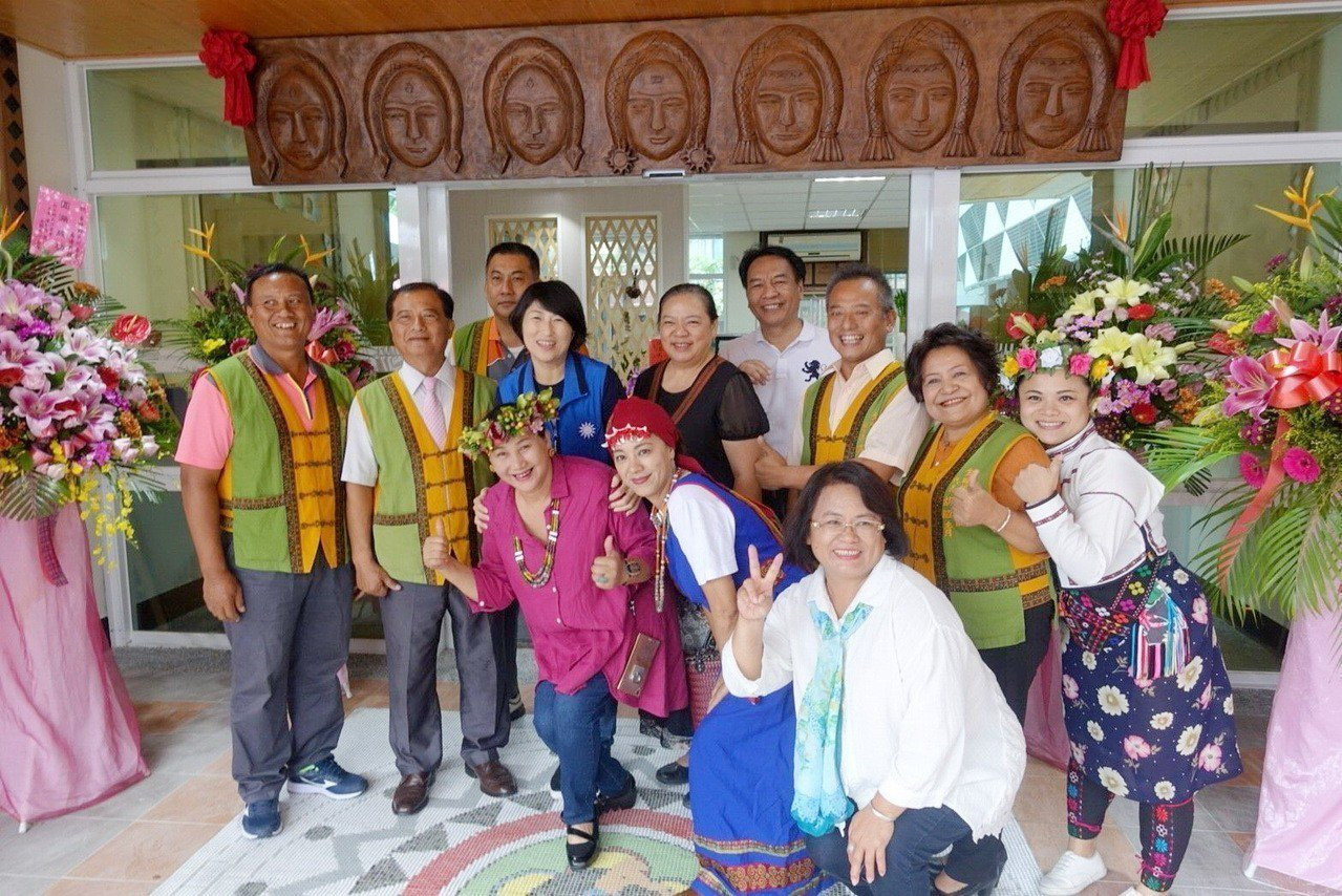 饒慶鈴參加金峰鄉鄉民代表會喬遷活動,跟在場人員開心合影。圖/饒慶鈴提供