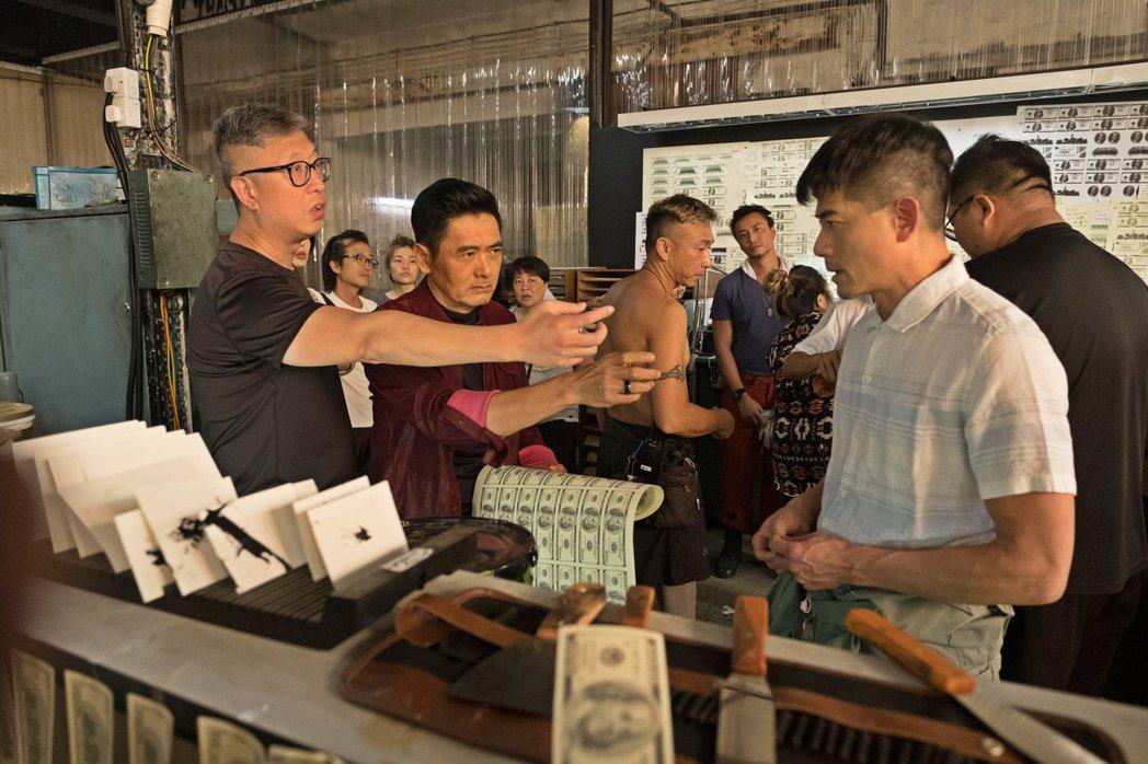 莊文強(左)指導周潤發和郭富城演出「無雙」。圖/双喜提供