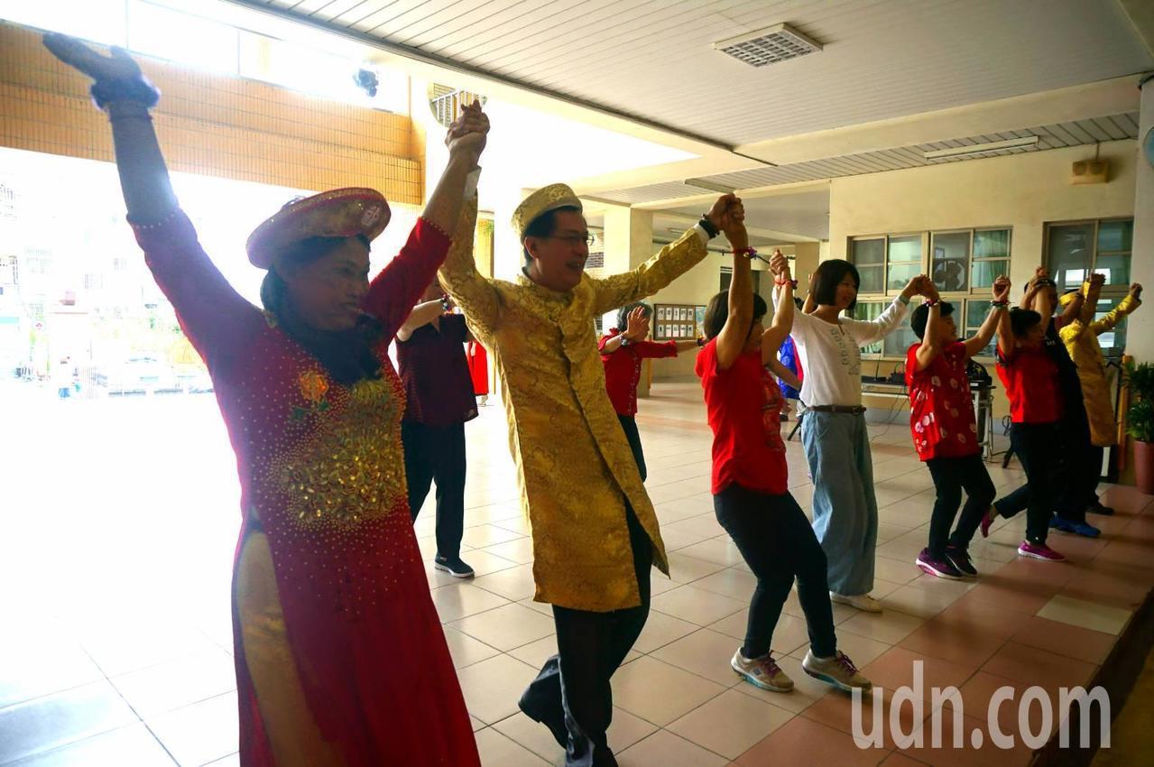 與會來賓一起跳越南民俗舞像象徵「我們都是一家人」。 記者謝恩得/翻攝