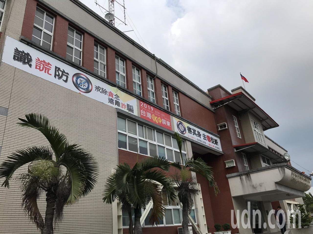 潮州警分局門口一直有自行懸掛的宣導海報布條。記者蔣繼平╱攝影