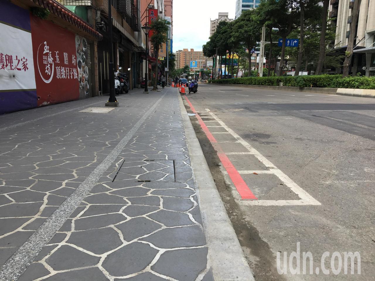 桃園區大興西路一段拓寬人行道,既有機車格被塗銷覆蓋,機車族無處可停。記者張裕珍/...
