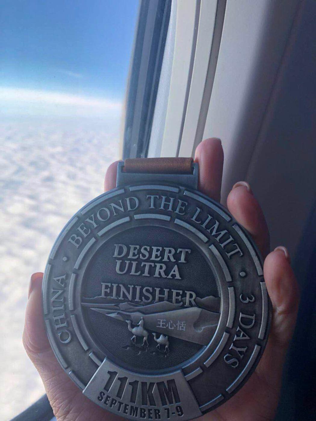 王心恬拿到第二面極地超級馬拉松紀念獎牌。圖/王心恬提供
