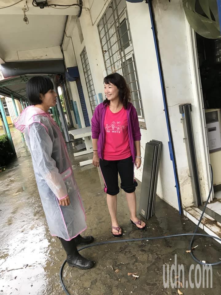 823豪雨來襲,美濃國小水淹及膝,楊瑞霞(右)在積水消退後返校打掃。記者徐白櫻/...