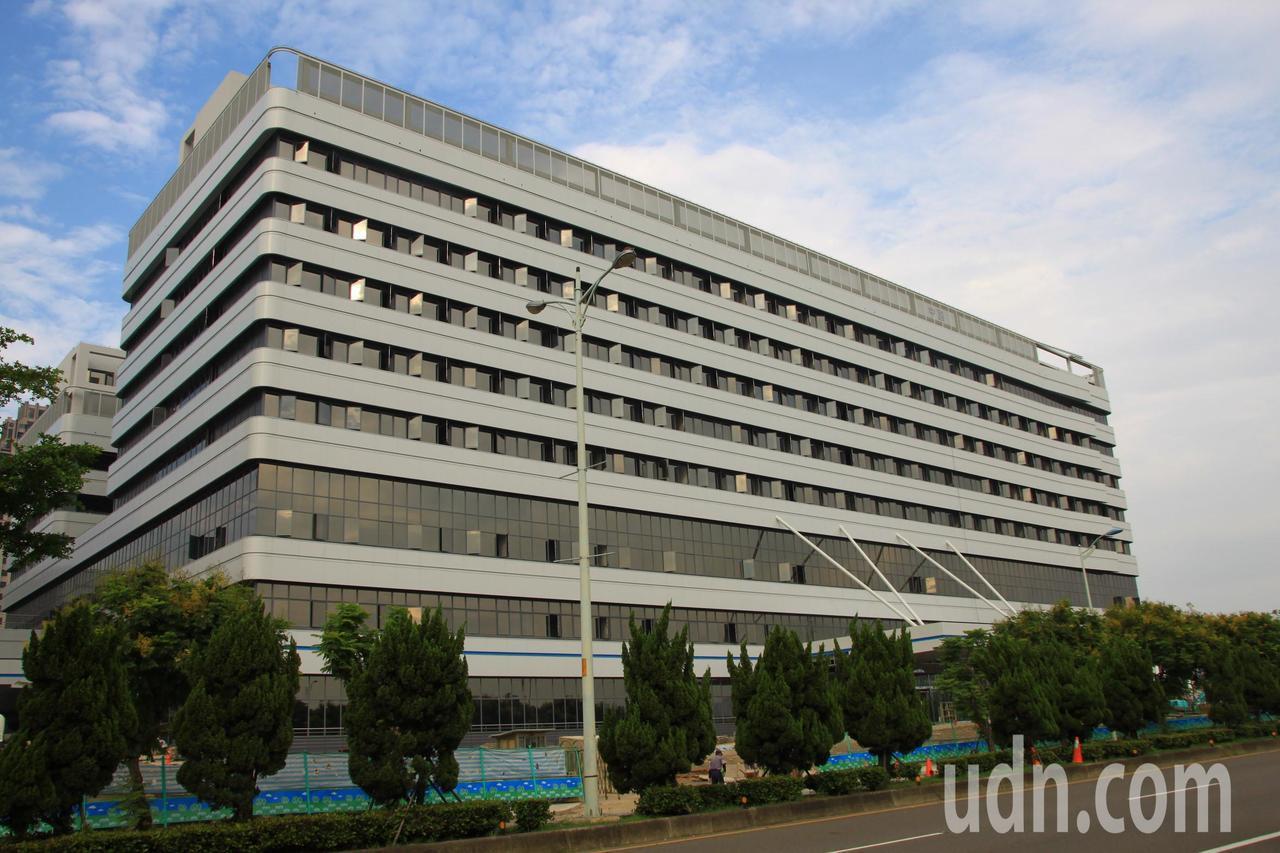 中國醫大新竹附設醫院已陸續完工,醫院今天表示,可望在今年年底就開始營運。記者郭政...