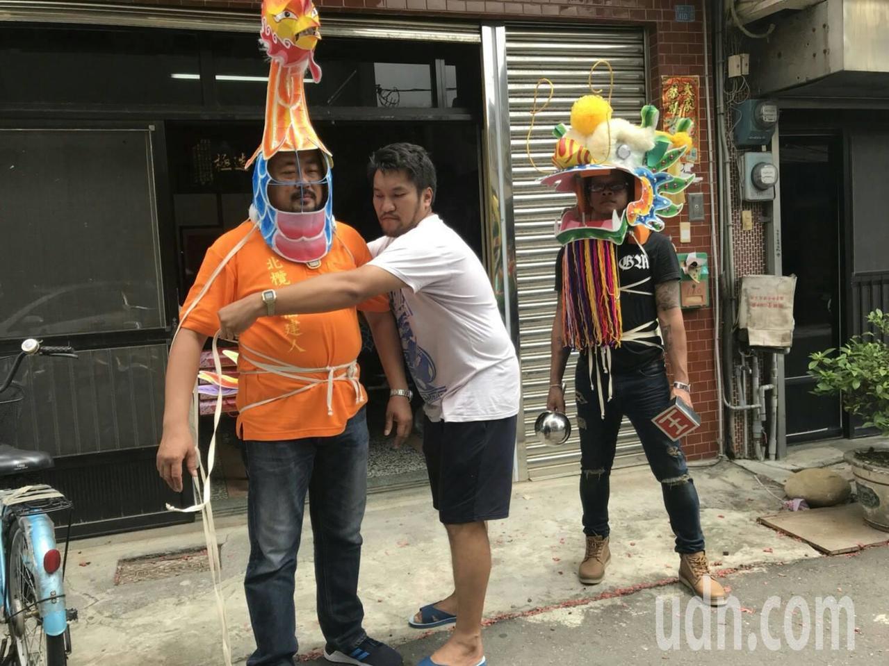 泰國的人士來北港取經龍鳳獅,吳登興老師為泰方人員穿上龍鳳偶頭,體驗一番。記者蔡維...