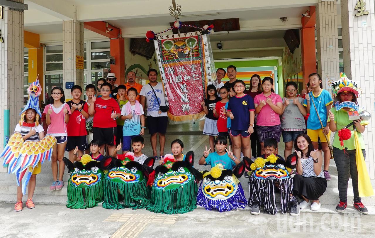 泰國訪問團也到吳登興傳授的小學,了解龍鳳獅的發展過程。記者蔡維斌/攝影