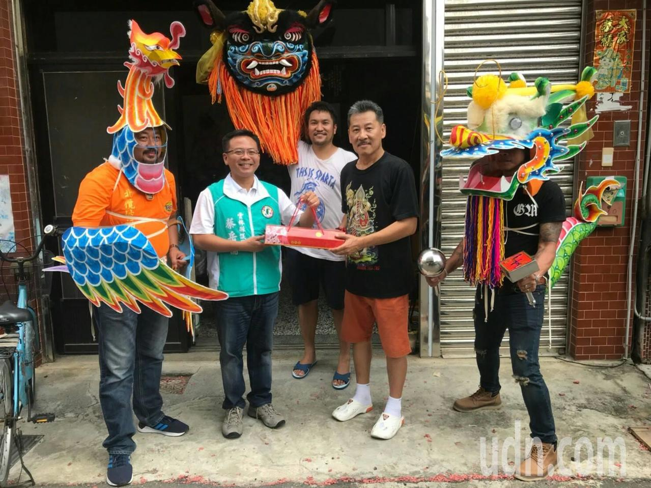 雲林武獅名聲遠播,來自泰國的人士也來北港取經,穿上龍鳳偶頭體驗,並延聘龍鳳獅老師...