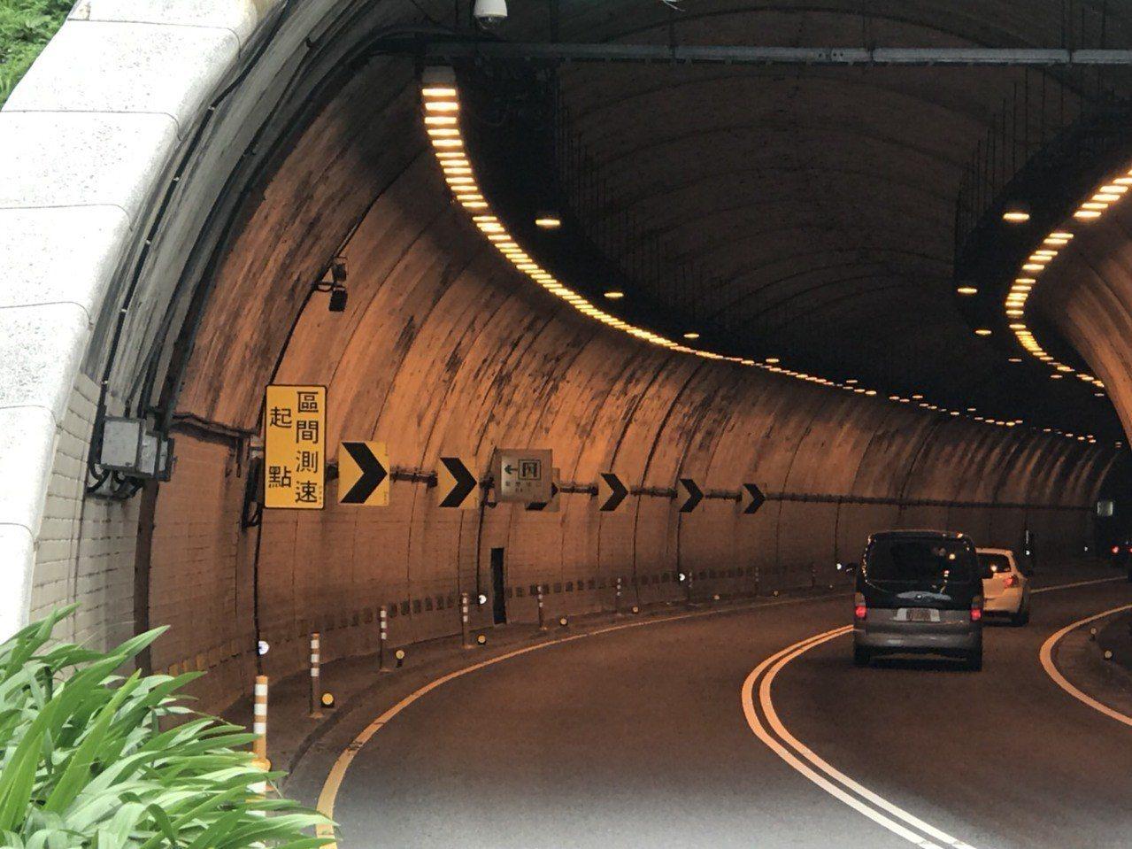 新北市在北海岸萬里隧道設置「區間平均測速」科技執法成效良好,預計明年推廣至北宜公...