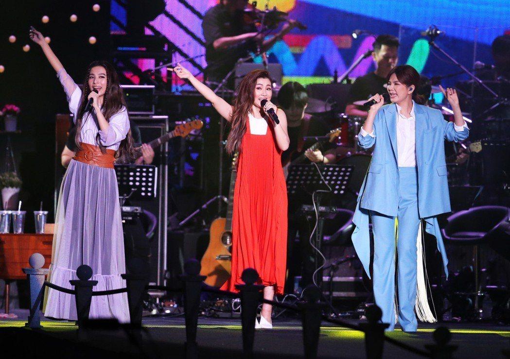 女子天團S.H.E歡慶十七歲生日,晚上在兩廳院藝文廣場舉行「十七音樂會」。記者徐