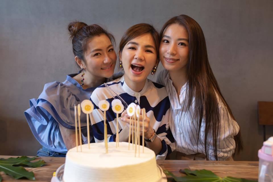 Ella和老公、勁寶、姐妹度過生日。圖/摘自陳嘉樺臉書