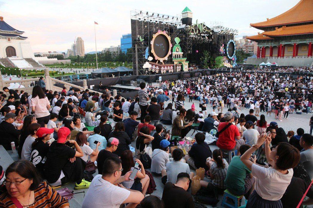 女子天團S.H.E歡慶十七歲生日,晚上在兩廳院藝文廣場舉行「十七音樂會」。記者徐...