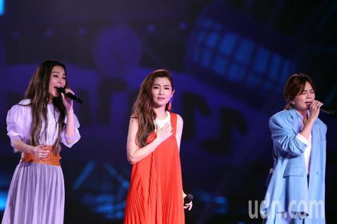 台灣最紅女子團體「S.H.E」成軍即將滿17年,今天晚上在兩廳院藝文廣場舉行「十七音樂會」感謝歌迷一路的支持。演唱會上Ella的兒子勁寶突然出現成為演唱會的神秘嘉賓,演唱會中也出現意外插曲,Ella...