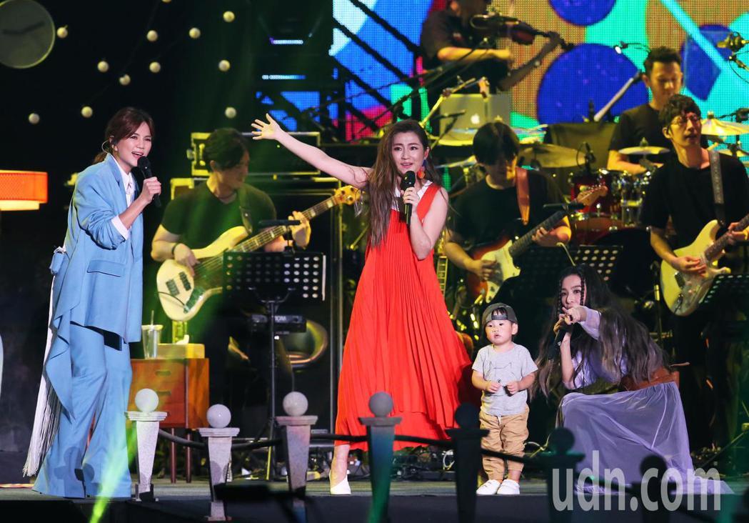 演唱會上Ella的兒子勁寶突然出現成為演唱會的神秘嘉賓。記者徐兆玄/攝影