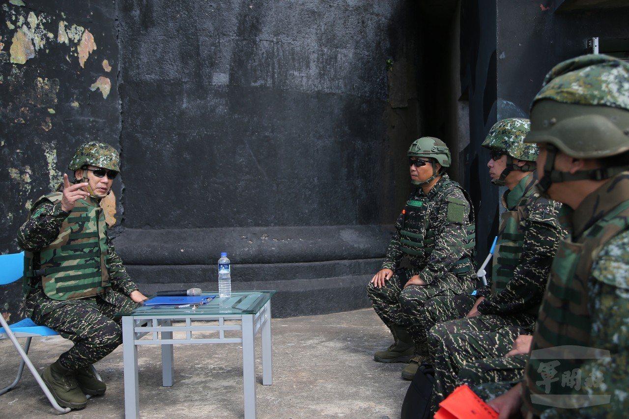 陸戰隊指揮官王瑞麟中將(左),在操演後與防區幹部進行檢討。圖/軍聞社