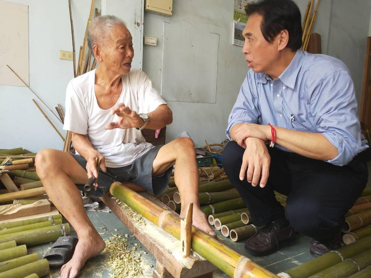 陳學聖(左)任桃園縣文化局長時認識戴阿爐(左)。圖/陳學聖服務處提供