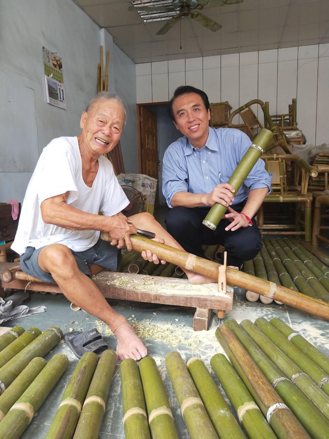 戴阿爐(左)的累積70年的竹編技術和經驗,竹藝功夫深厚,陳學聖(右)認為已經達到...