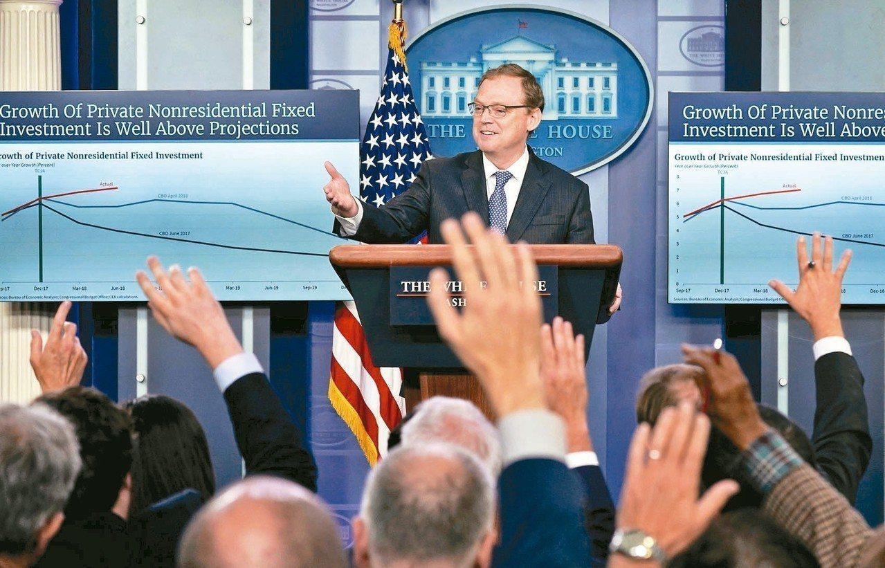 白宮經濟顧問委員會主席哈塞特,十日在白宮記者會說明川普政府的經濟成績單。 (路透...