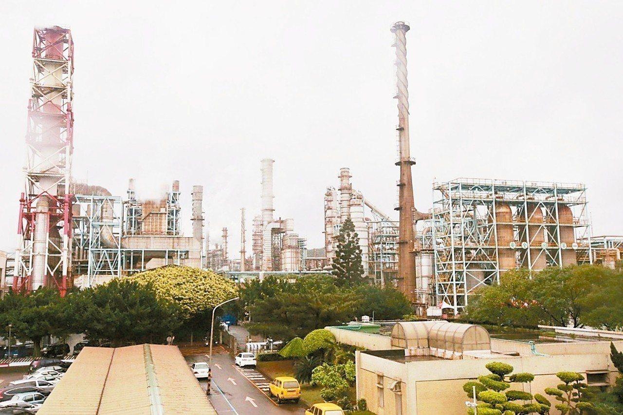 為避免空汙議題影響選情,環保署決定加大力道改善空汙,鎖定三十大公民營企業,近期密...