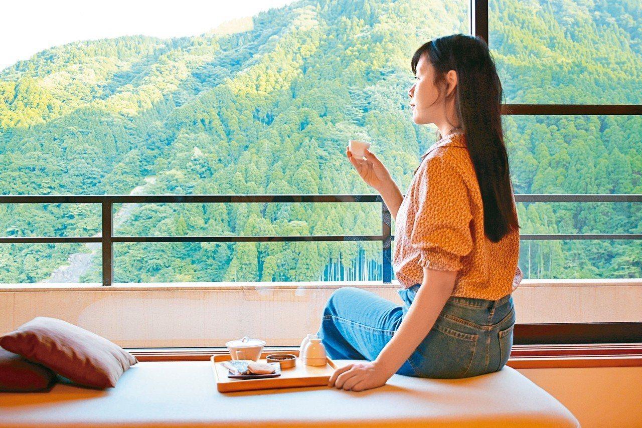 古湯溫泉是到佐賀必泡溫泉之一,一邊品茶欣賞山間夕陽,可說是一大享受。 記者魏妤庭...