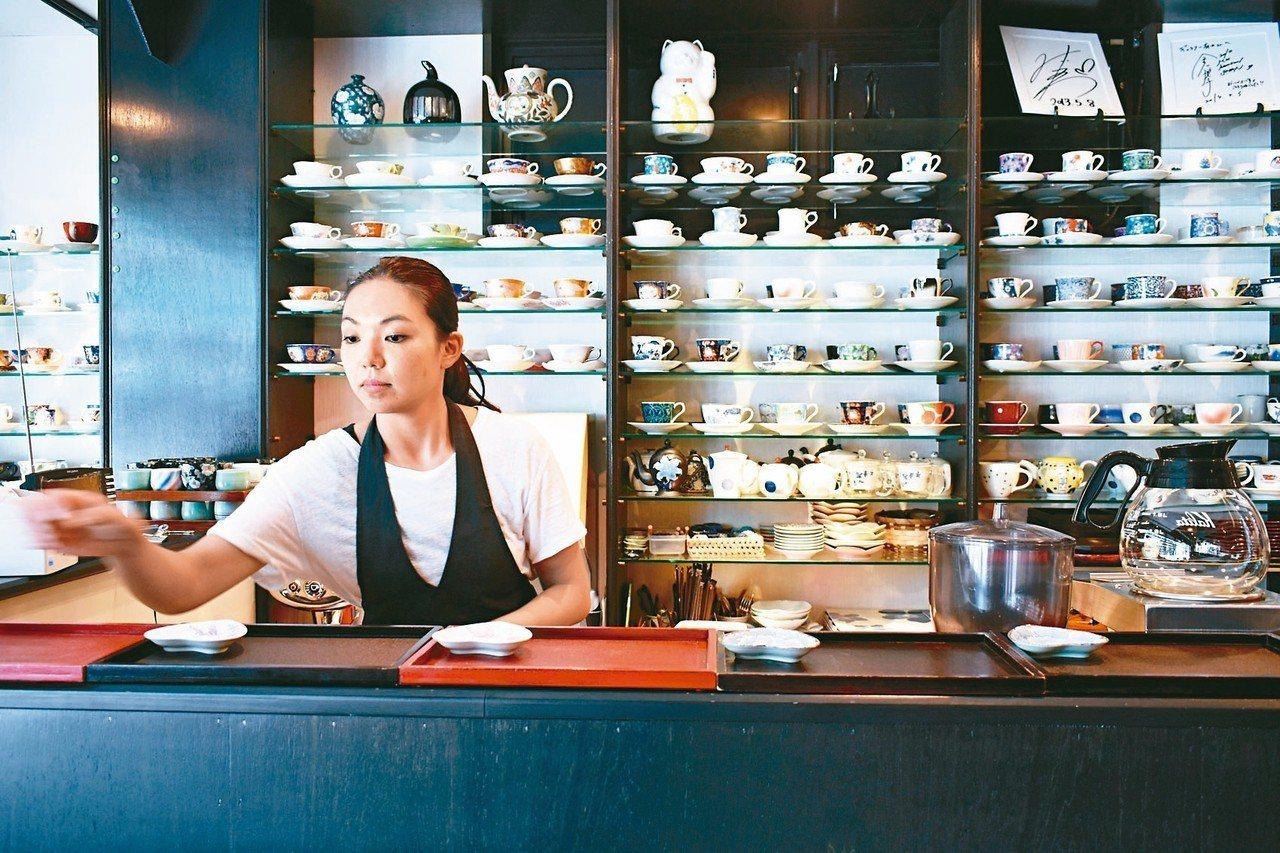有田燒咖啡廳內超過2,000個咖啡杯,提供客人選擇使用。 記者魏妤庭/攝影