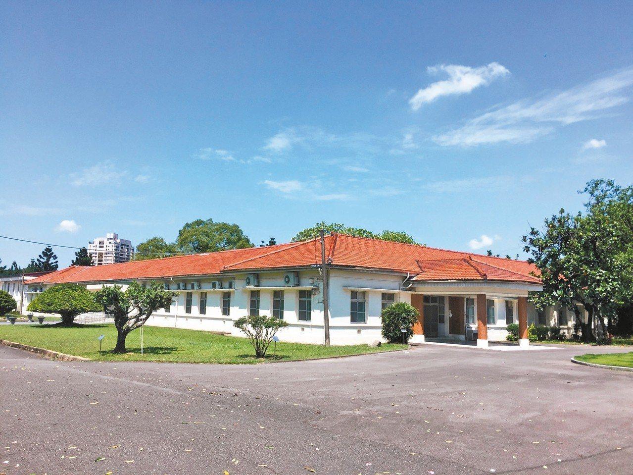 高雄市鳳山熱帶園藝試驗所辦公廳舍,已成為歷史建築。 圖/高雄市文化局提供