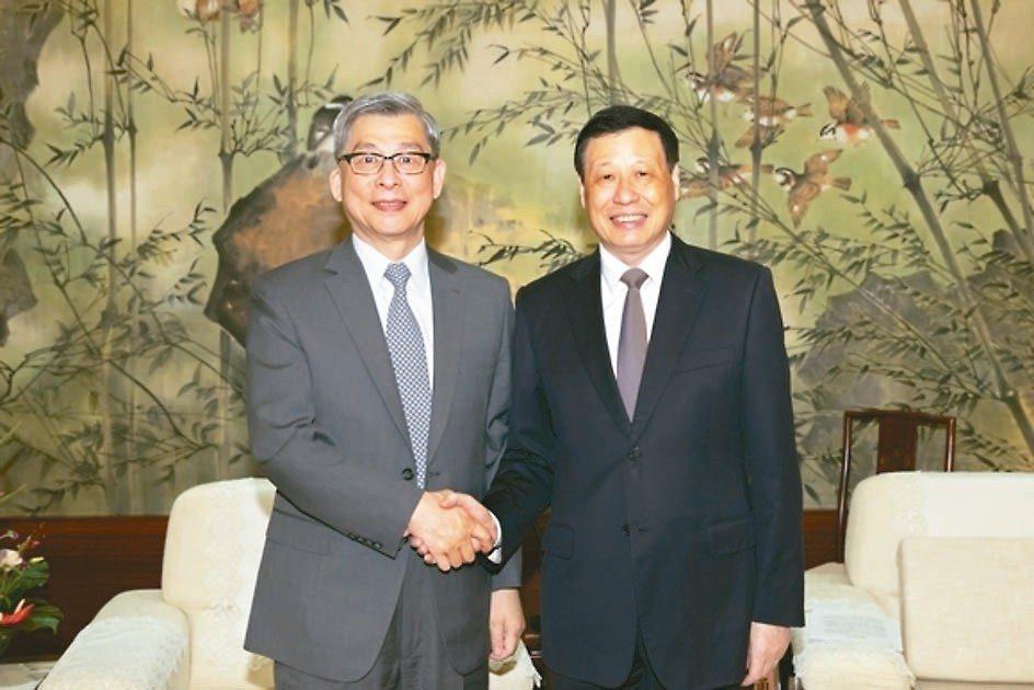 上海市長應勇(右)前天在上海會見國泰金控董事長蔡宏圖(左)一行。 上海東方網