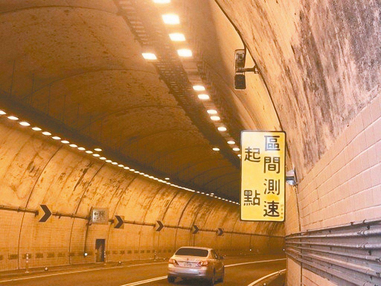 內萬里隧道改採區間平均速率科技執法後,超速率降低9成4。 圖/新北警方提供
