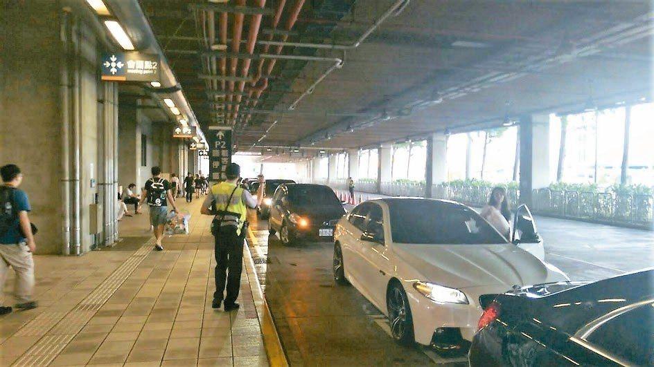 台中高鐵站一樓的7號出口禁止臨時停車等候,勸導一周後將嚴格取締,違者罰900元。...