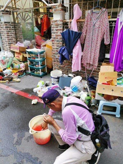 台南市出現今年首例本土登革熱病例,防疫人員在其住家周遭進行孳生源清查。 圖/衛生...