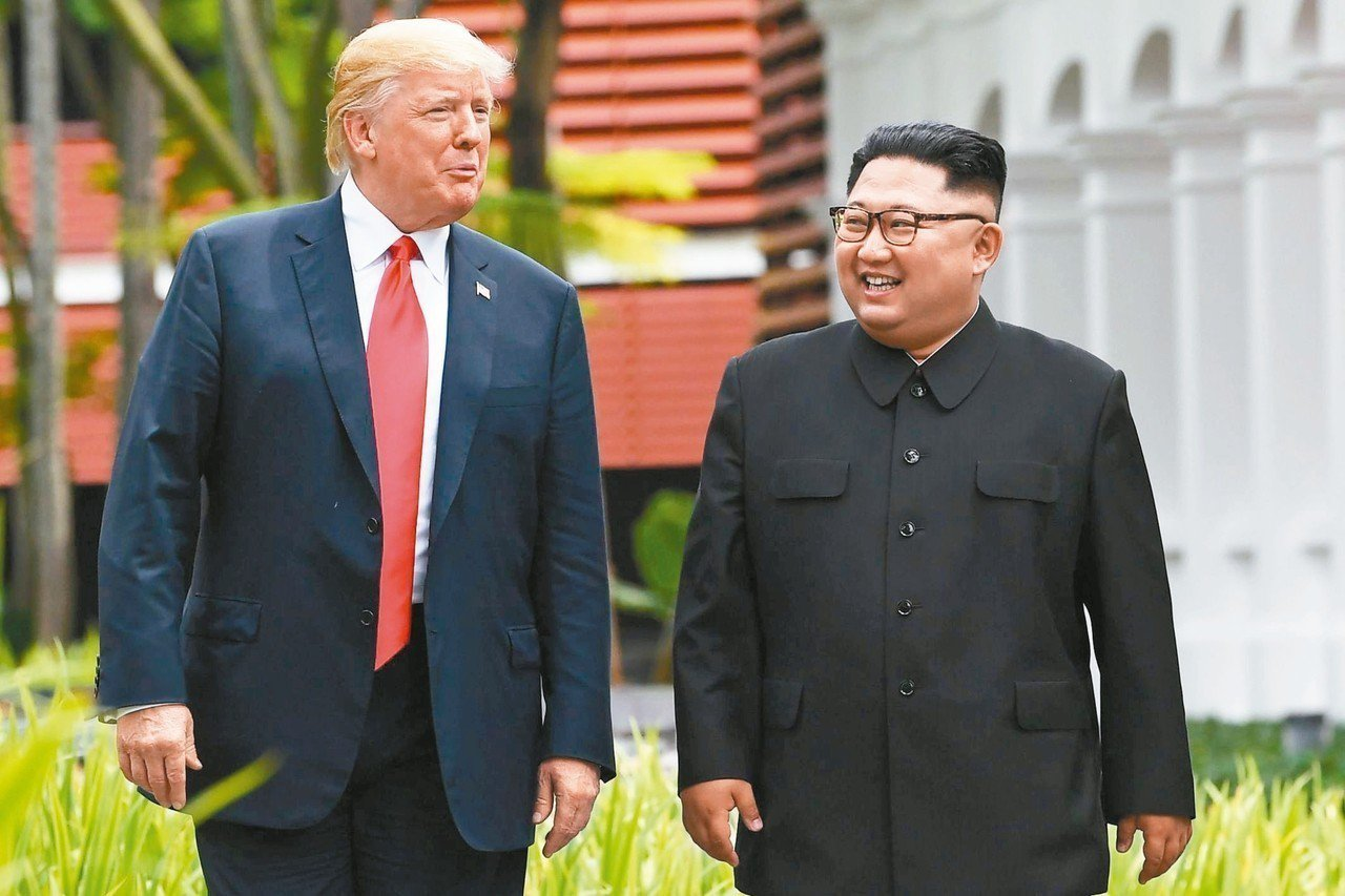 北韓領導人金正恩(右)致親筆信給美國總統川普(左),邀請他舉行第二次川金會,圖為...