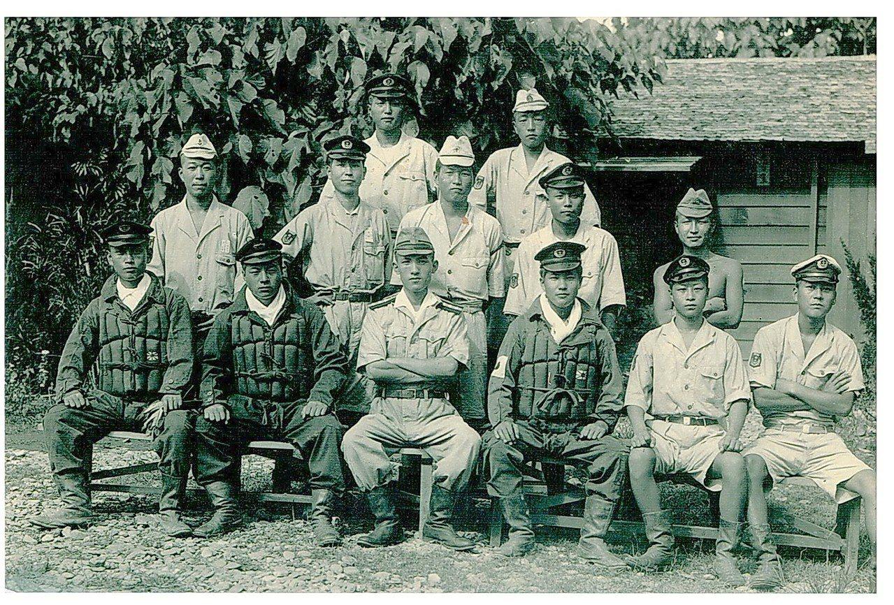 二戰期間日本第20震洋隊員在左營基地留下的影像。 圖/20震洋隊長兒子大賀誠治提...