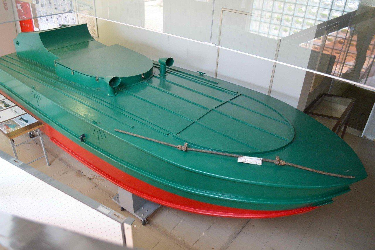 日本九州長崎縣川棚鄉土館,展出複製當年震洋艇一型。 圖/郭吉清提供