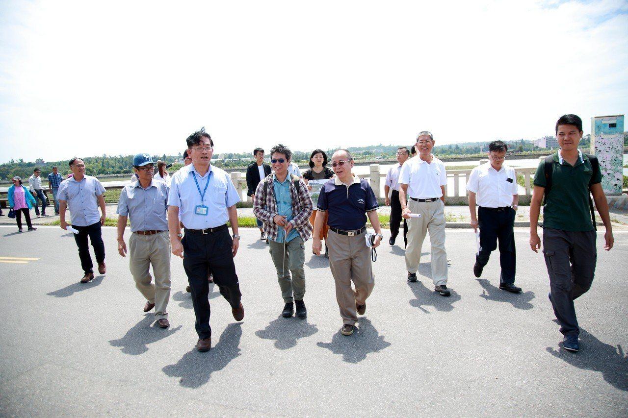 政委張景森(右4)視察金門3.75億元的前瞻基礎建設計畫「城鎮之心」,並允諾周圍...