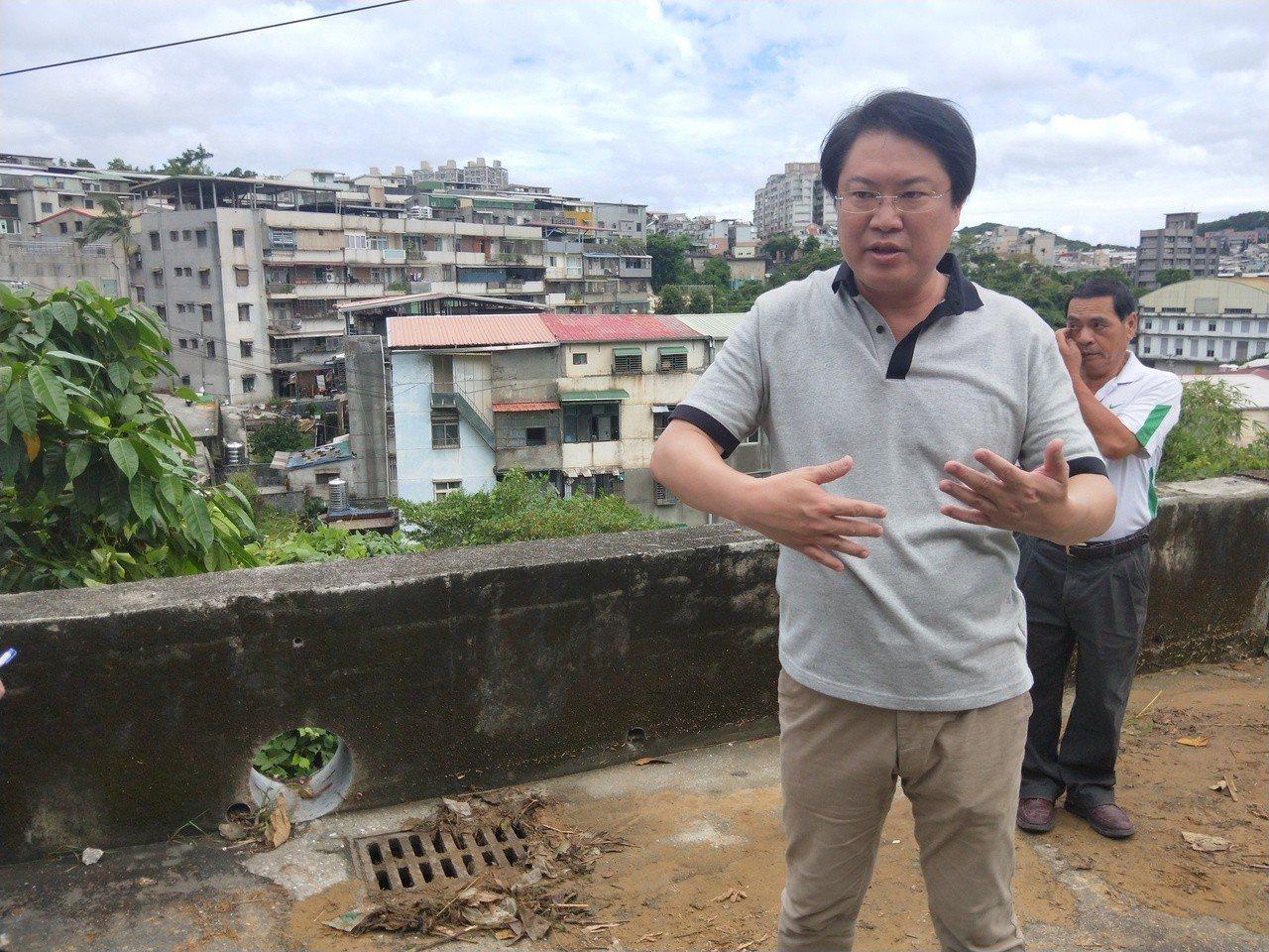 市長林右昌昨到中平街產業道路,指是新西街淹大水主因,因強降雨時山坡上有4處山洪在...