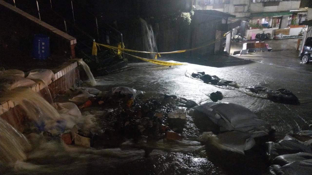 新西街207巷3天來淹了6次,居民苦不堪言,前晚又淹大水,道路變水路。圖/謝立功...