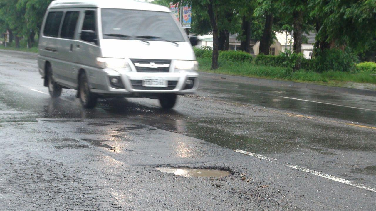高雄豪雨後道路坑洞多,開車在路上彷彿是開跳跳車。圖/聯合報系資料照片