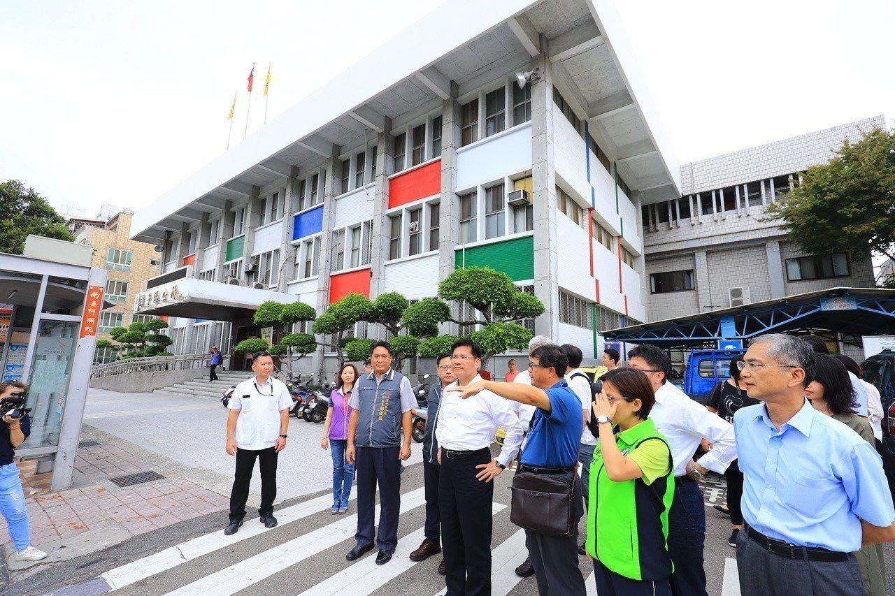 台中市長林佳龍昨到潭子區公所會勘。記者余采瀅/攝影