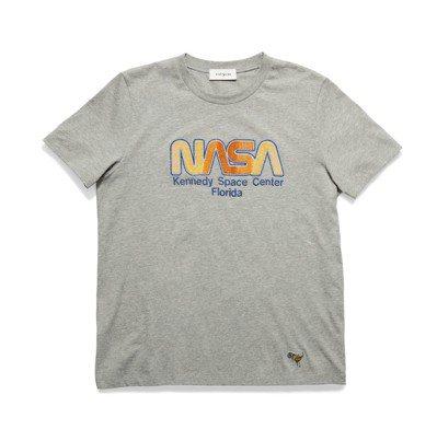 COACH去年推出太空系列,印有NASA字樣的T恤售價台幣9,500元。 圖/C...
