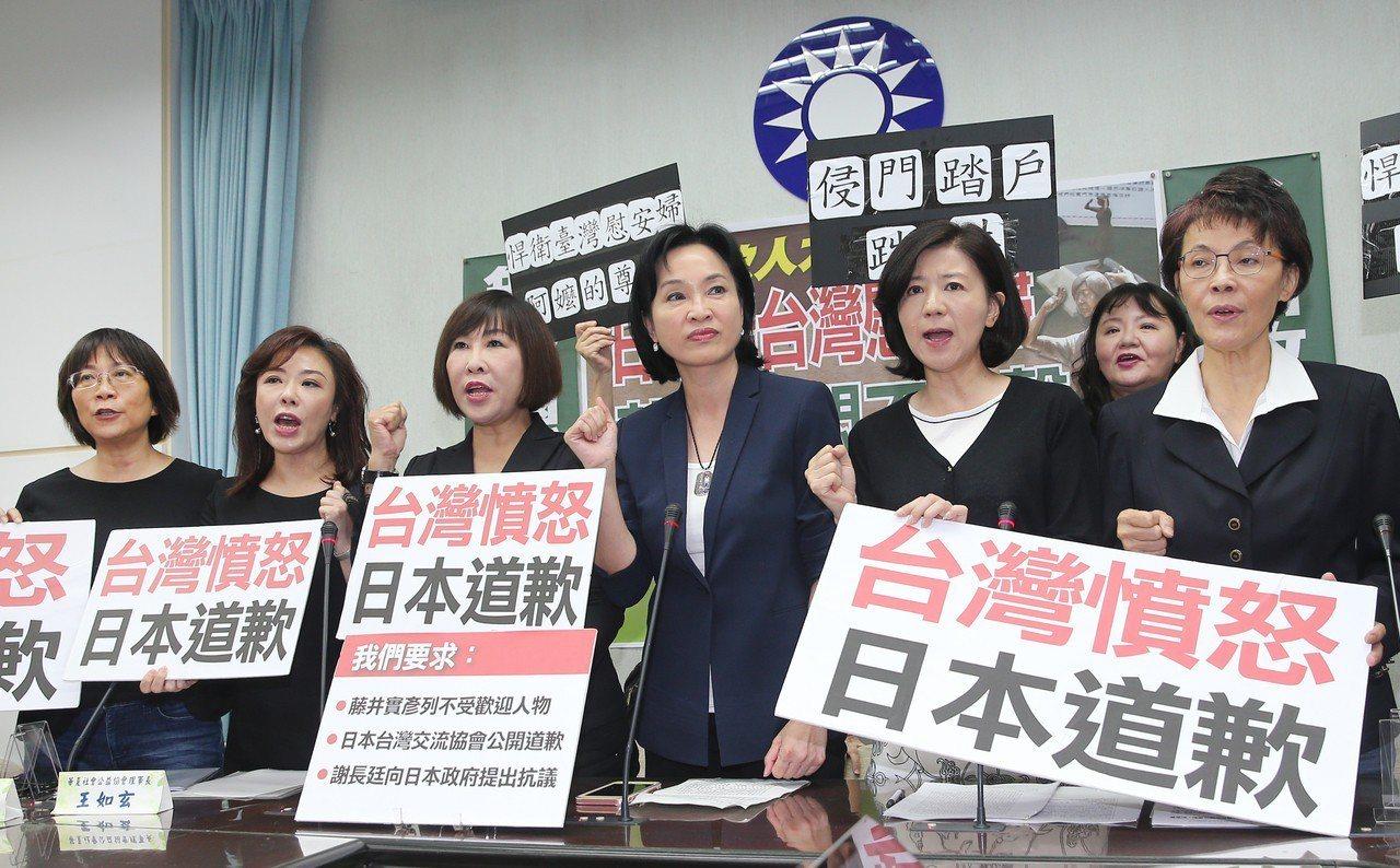 國民黨立院黨團昨天舉行記者會,與會人士均穿黑衣,凸顯日本人踹踢慰安婦銅像,是爭取...
