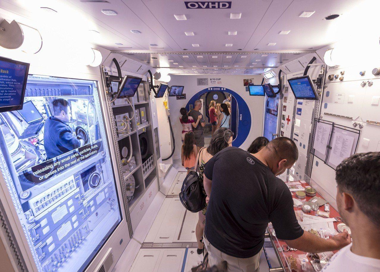 一群遊客參觀位於阿拉巴馬州的國際太空站模擬艙。NASA正考慮出租模擬艙作為收入來...