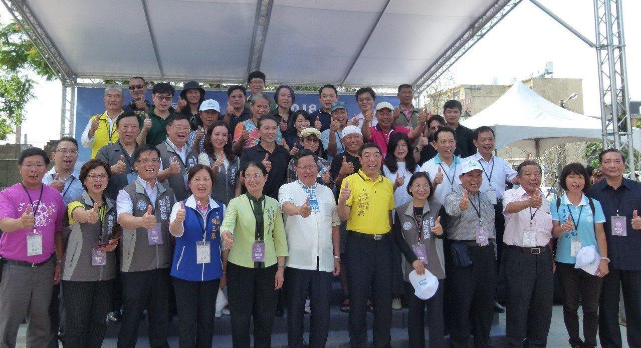 桃園市長鄭文燦(前排左6)和多位藝術家、地方文化團體、民代昨天在富岡火車站前廣場...