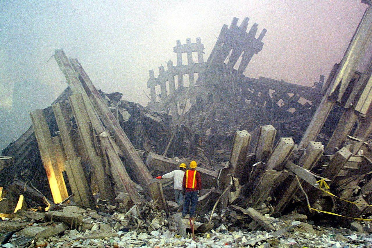 當年雙塔倒塌後,救難人員在現場搜救。 (法新社)