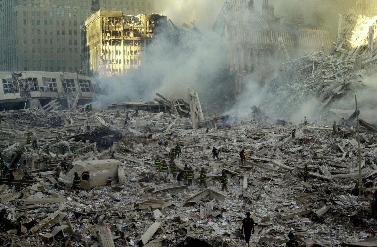 當年雙塔倒塌後,救難人員在現場搜救。 (美聯社)