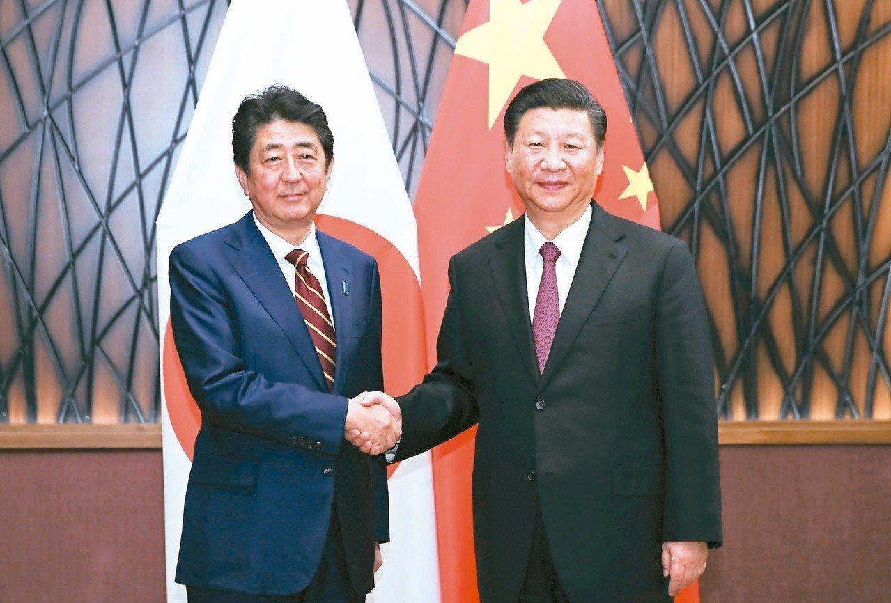中國大陸國家主席習近平與日本首相安倍晉三上午會談,雙方都展現深化合作的意願,並針...
