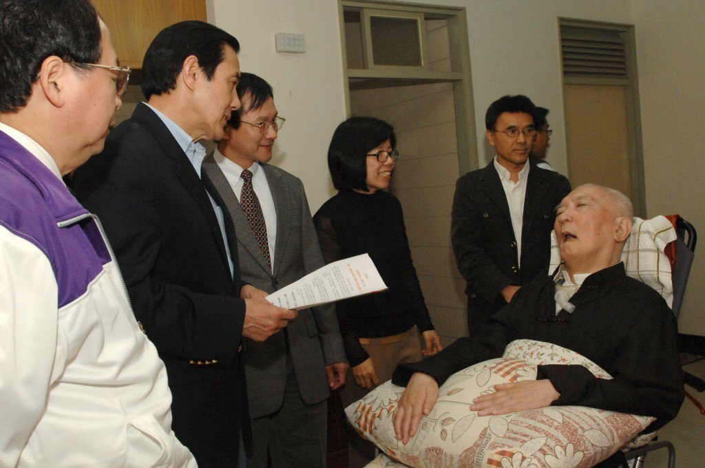 圖為2011年總統馬英九探視沈君山,朗讀他親手寫的「送別詩」。圖/清大提供