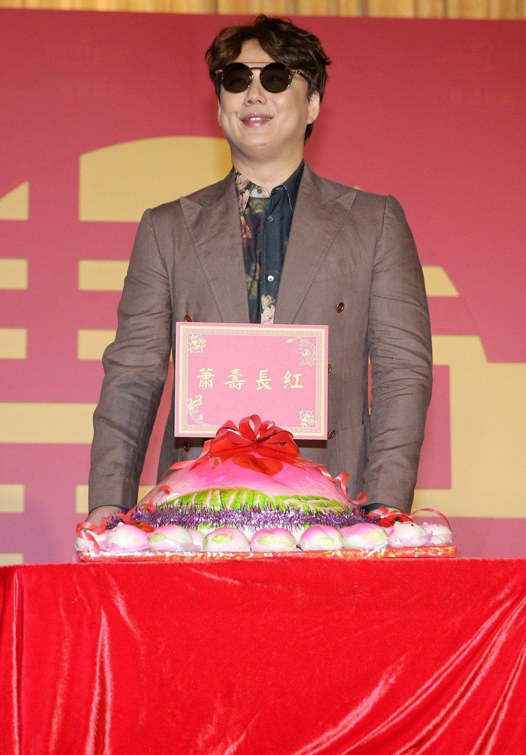 金曲歌王蕭煌奇宣布加盟環球音樂,唱片公司也送上「蕭壽長紅」的大壽桃幫即將過生日的...