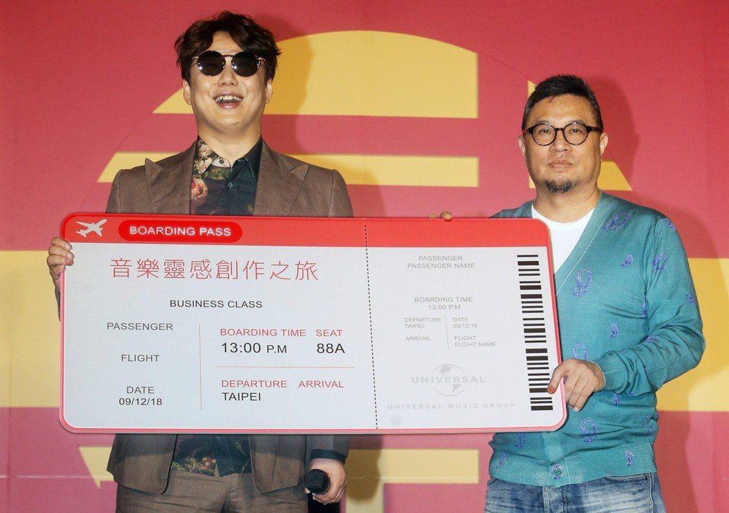金曲歌王蕭煌奇(左)宣布加盟環球音樂,並與環球音樂大中華區總裁暨執行長張松輝(右...